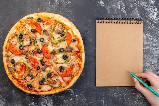 Vista dall'alto deliziosa pizza al formaggio sulla superficie grigia