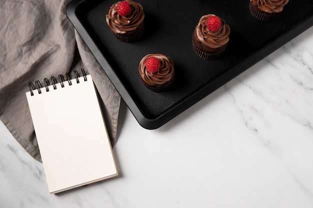 Vista dall'alto di deliziosi cupcakes al cioccolato con lampone
