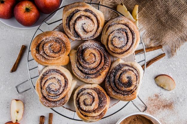 Vista dall'alto del delizioso concetto di panini alla cannella