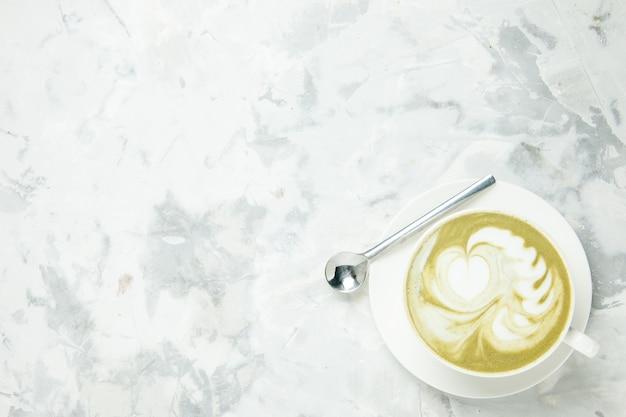 Vista dall'alto deliziosa tazza di caffè espresso su sfondo bianco dessert tè biscotto torta biscotto dolce americano cappuccino posto libero