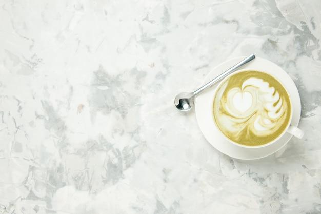 Vista dall'alto deliziosa tazza di caffè espresso su sfondo bianco dessert tè biscotto torta biscotto dolce americano cappuccino spazio libero