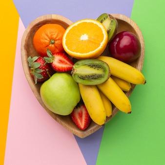 Vista dall'alto deliziosi frutti nel cestino