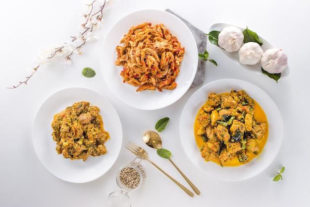 Vista dall'alto cibo indonesiano delizioso e salutare in piatti bianchi su sfondo bianco