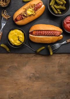 Vista dall'alto deliziosi hot dog cornice