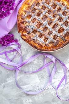 Vista dall'alto deliziosa torta di gelatina su sfondo bianco fiore viola torta biscotto dolce dessert tè pasta di zucchero