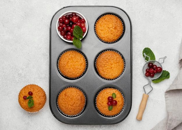 Vista dall'alto di deliziosi muffin con frutti di bosco