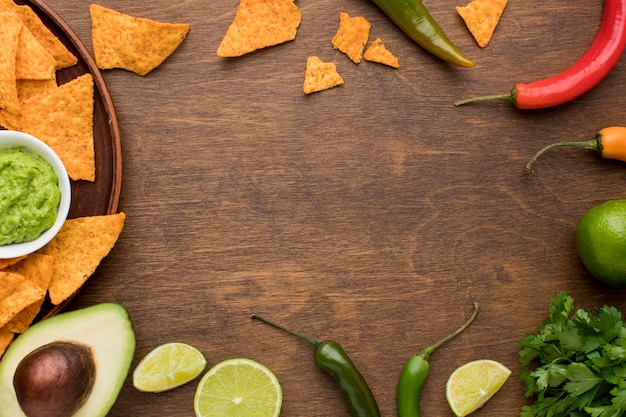 Vista dall'alto deliziosi nachos con guacamole