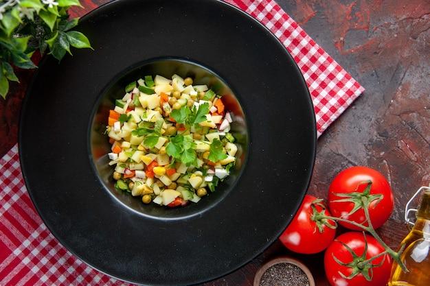 Vista dall'alto deliziosa insalata di patate all'interno della piastra scura sulla superficie scura piatto dieta cibo cena pranzo pasto pane color