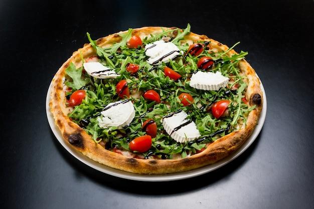 Vista dall'alto di una pizza deliziosa e provocante