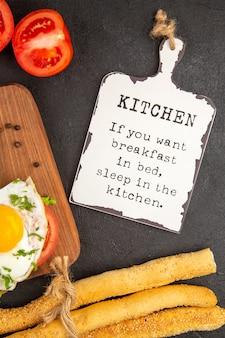 Vista dall'alto deliziosi panini con insalata di uova e pomodori su sfondo scuro pane pranzo uova far bollire pasto colazione frittata cibo