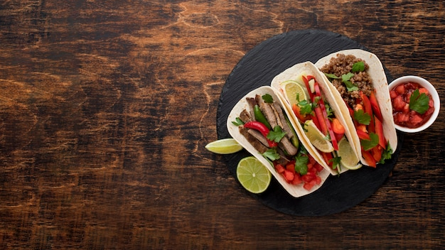 Tacos deliziosi vista dall'alto con spazio di copia