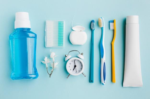 Vista dall'alto di prodotti per l'igiene dentale