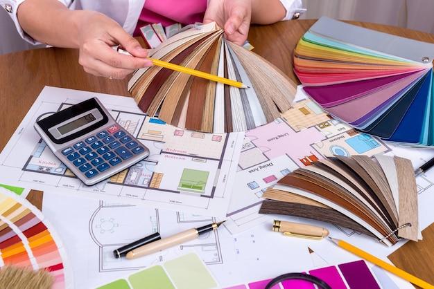 Vista dall'alto delle mani di designer con campionatore in legno