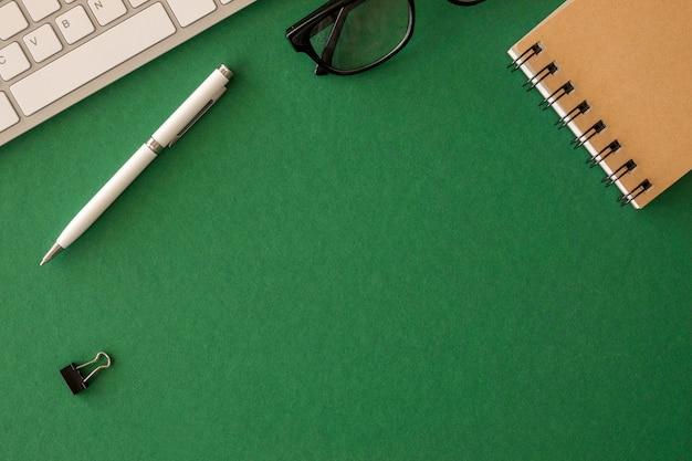 Disposizione dello scrittorio di vista superiore con lo spazio della copia
