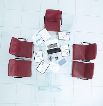 Desktop con vista dall'alto con documenti finanziari