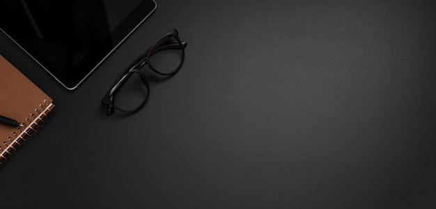 Vista dall'alto del desktop con occhiali e copia spazio