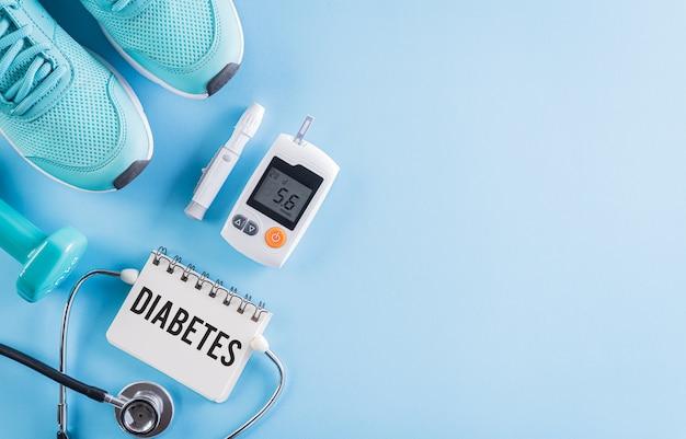 Vista dall'alto del tester per il diabete impostato con l'attrezzatura dell'atleta