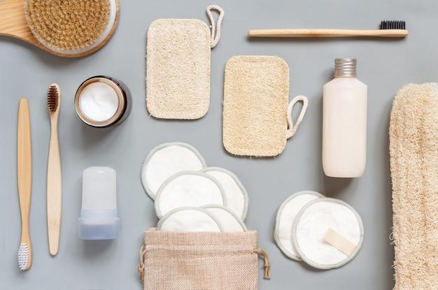 Vista dall'alto di diversi articoli per l'igiene e la bellezza su sfondo grigio. concetto di rifiuti zero ecologico.