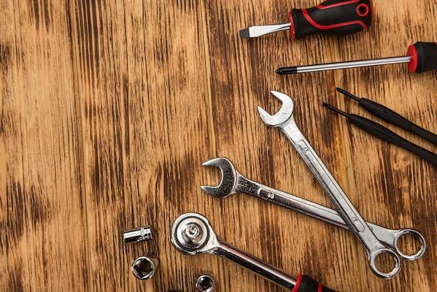Vista dall'alto di diversi strumenti su fondo in legno. industria di costruzioni