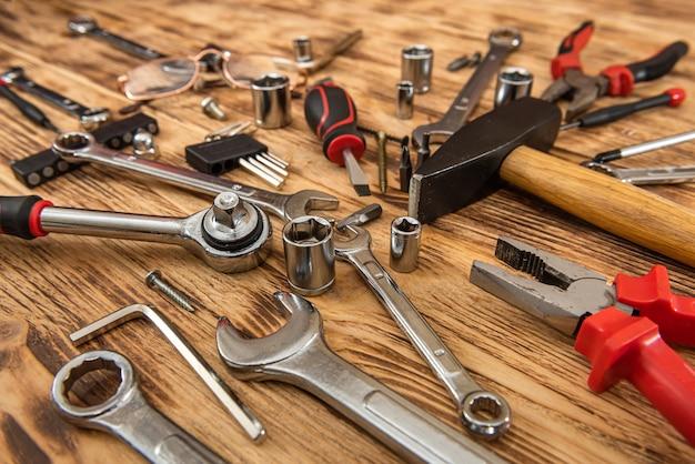 Vista dall'alto di diversi strumenti sulla superficie in legno Foto Premium