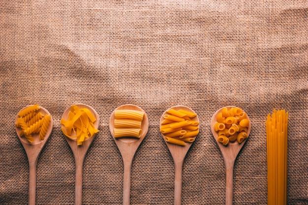 Vista dall'alto di diversi tipi di pasta, carboidrati