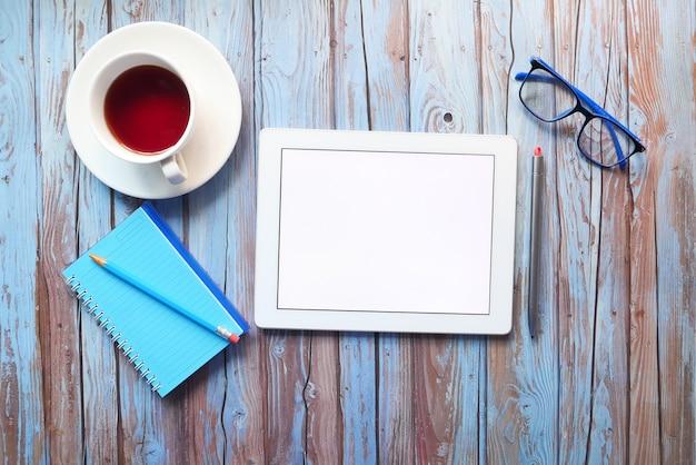 Vista dall'alto della tavoletta digitale con i fornitori di ufficio sul tavolo