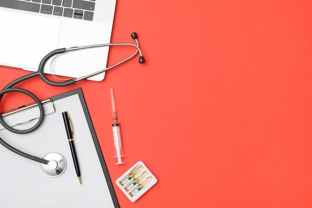 Vista dall'alto della scrivania del medico con il computer portatile