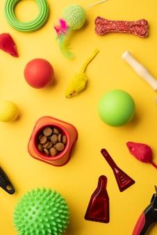 Vista dall'alto su cibo secco e giocattoli per cani