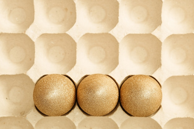 Vista dall'alto composizione di pasqua con uova d'oro creativo piatto vacanze di primavera laici con uovo di gallina dipinto