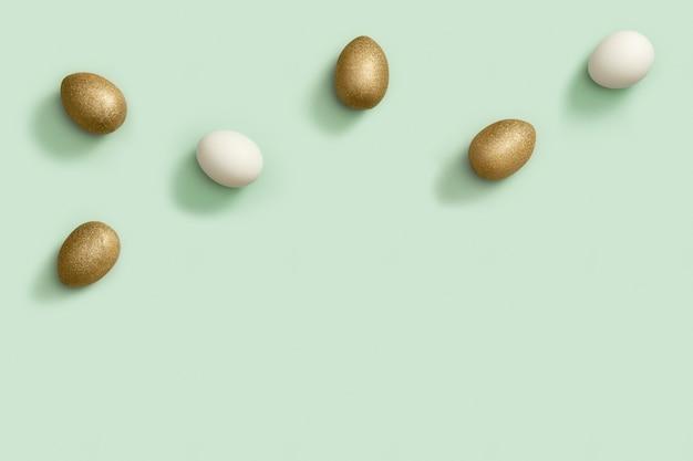 Vista dall'alto composizione di pasqua con uova bianche e dorate creative vacanze primaverili