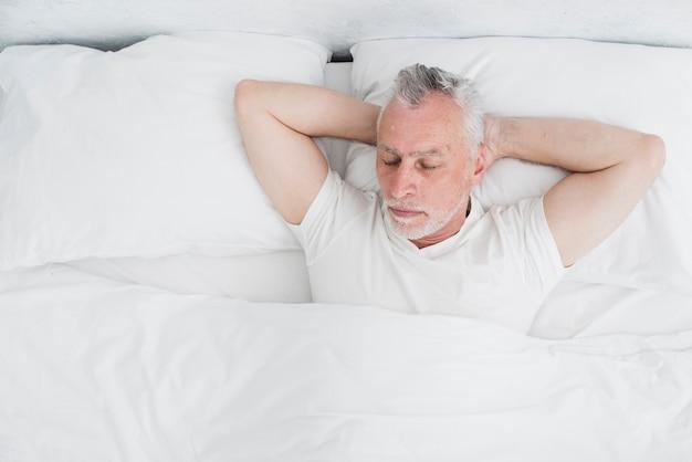 Vista dall'alto uomo anziano che dorme