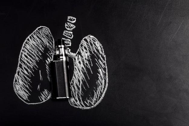 Vista dall'alto su sigaretta elettronica e polmoni