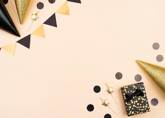 Cornice di decorazioni di compleanno elegante vista dall'alto