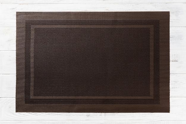 Vista dall'alto del tovagliolo da tavola marrone vuoto per la cena su legno