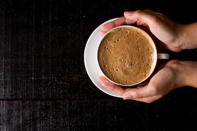 Vista dall'alto sul caffè espresso su uno sfondo di legno