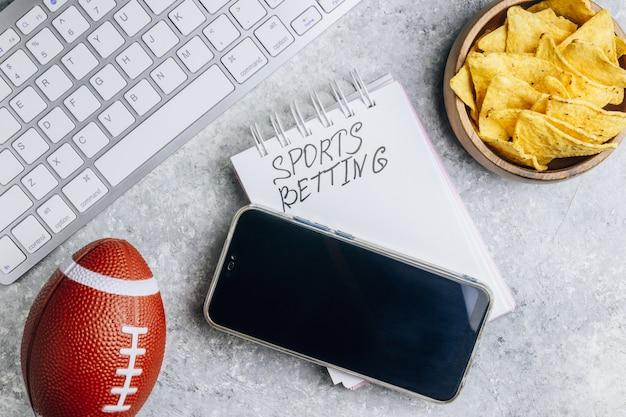 Vista superiore dell'alimento dei fan per guardare la tv con il concetto di scommesse dello smartphone e del computer