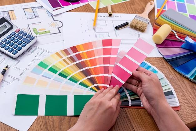Vista dall'alto delle mani femminili con campione di colore