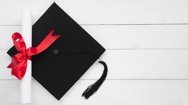 Vista superiore composizione festiva laurea con tappo accademico
