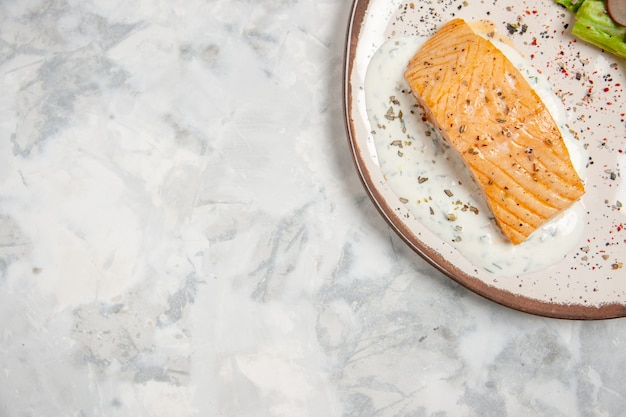 Vista dall'alto di farina di pesce su un piatto sulla superficie bianca macchiata