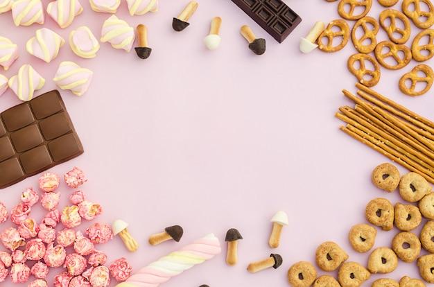 Vista dall'alto, piatto, cornice sul set di dolci