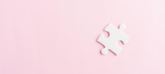 Vista dall'alto piatto laici di una carta semplice gioco puzzle puzzle bianco ultimi pezzi per risolvere