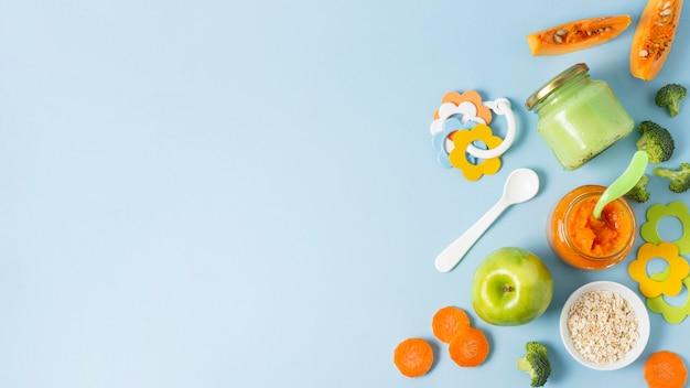 Cornice di cibo vista dall'alto con sfondo blu