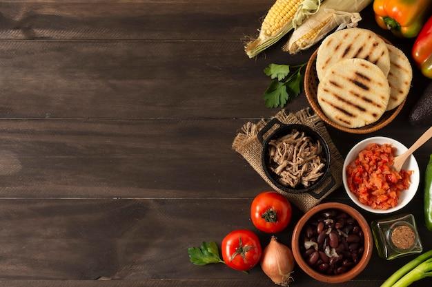 Cornice di cibo vista dall'alto su fondo di legno