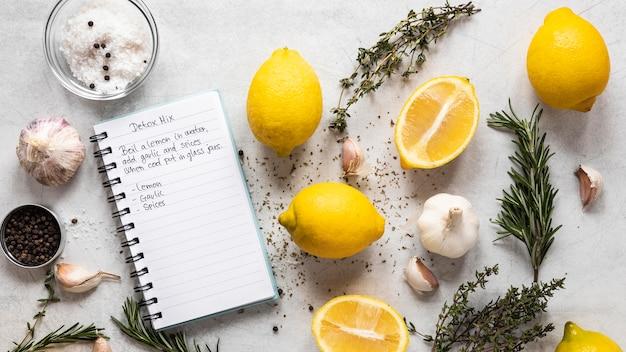 Vista dall'alto di ingredienti alimentari con erbe e limoni