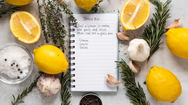Vista dall'alto di ingredienti alimentari con limoni e aglio