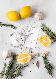 Vista dall'alto di ingredienti alimentari con limoni ed erbe aromatiche