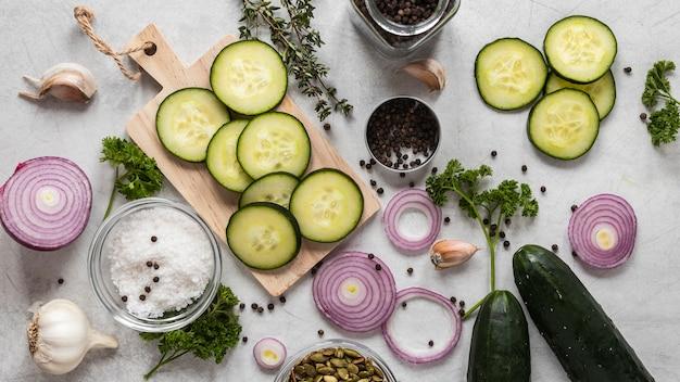Vista dall'alto di ingredienti alimentari con cipolle e fette di cetriolo