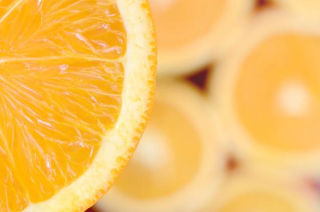 Vista dall'alto di un frammento della fetta di frutta arancione