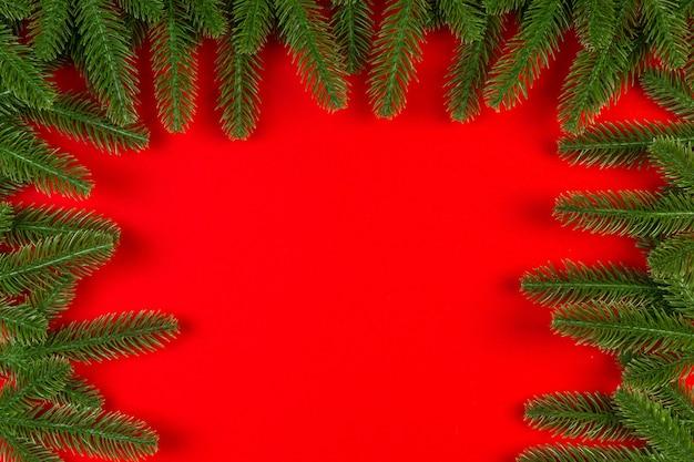 Vista dall'alto del telaio in abete su sfondo colorato con spazio di copia. buon natale concetto.