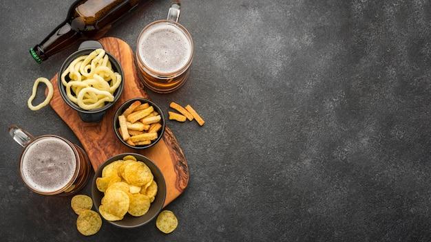 Cornice vista dall'alto con birra e snack
